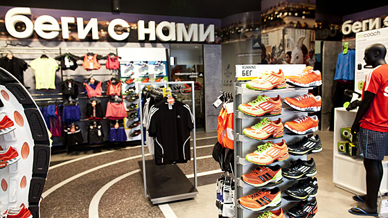 Adidas закриває 160 своїх магазинів вРосії через ослаблення економіки
