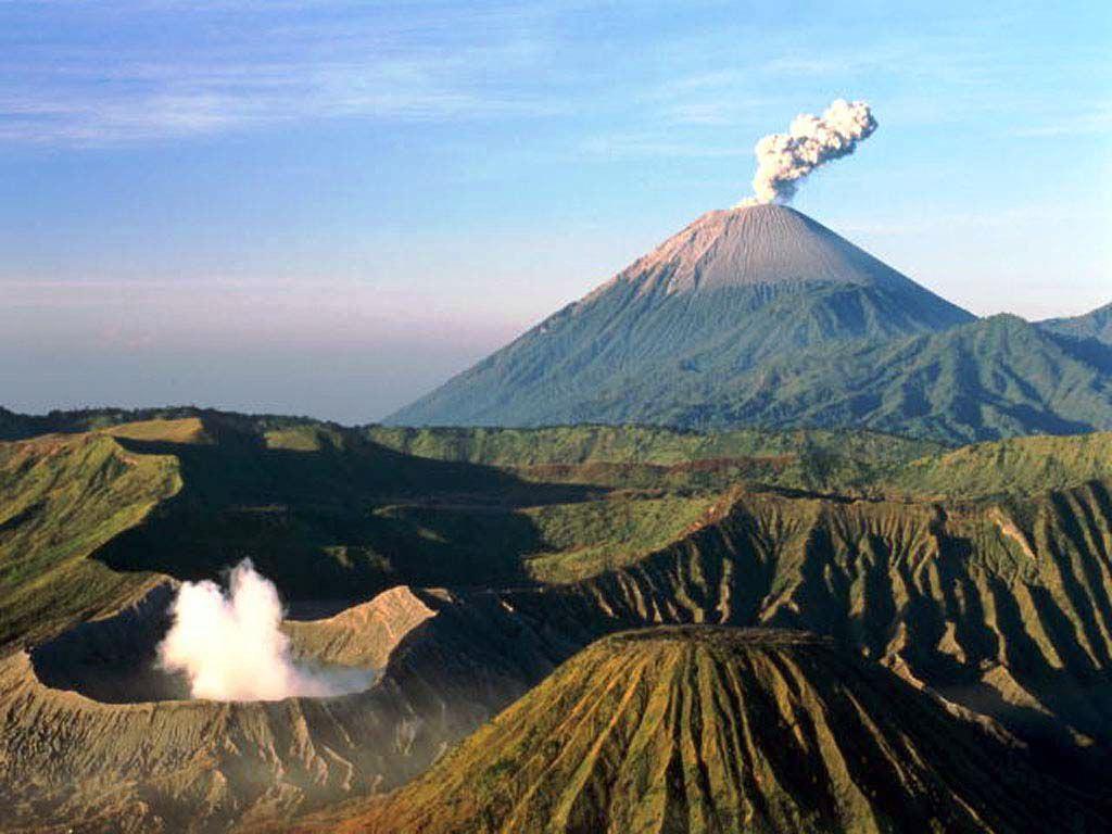 НаБалі сталося потужне виверження вулкану: опубліковано вражаючі відео
