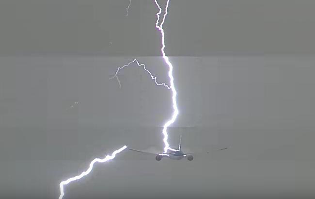 Блискавка влучила упасажирський літак над Амстердамом