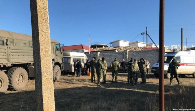 Біля Керчі місцеві жителі блокували військові автівки окупантів (відео)