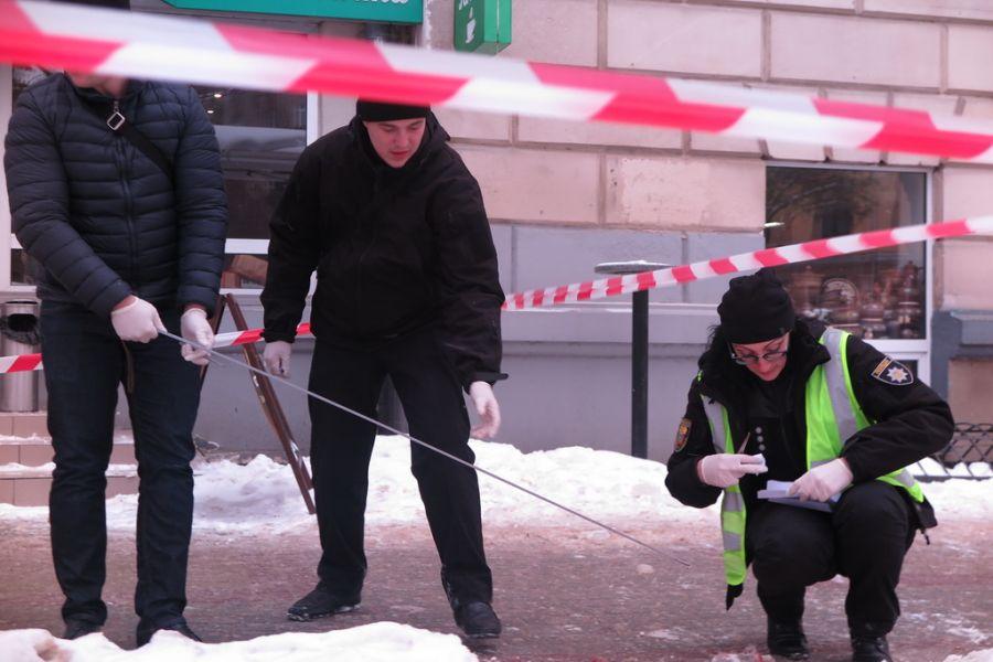 Екс-депутата серед білого дня підрізали ножем