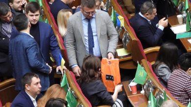 Photo of «Слуга народу» прийшов у Раду з пакетом з московського ЦУМу (фото)