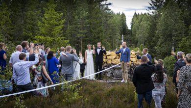 Photo of Їх розлучив коронавірус: закохані зіграли весілля на кордоні