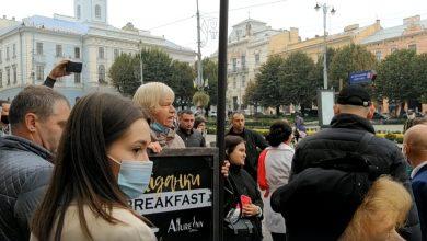 """Photo of У Чернівцях жінка напала на Зеленського з криками: """"Брехуни, душегуби, здохніть!"""" (ВІДЕО)"""