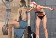 Photo of Біля офісу Зеленського дівчина оголилась і залізла на кулю (ФОТО)
