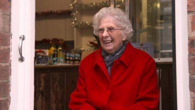 Photo of У Великобританії пішла на пенсію найстарша поштарка