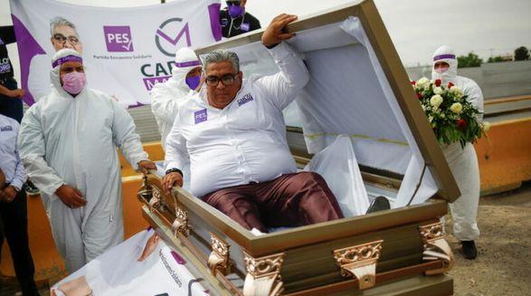 У Мексиці кандидат в депутати почав свою передвиборну кампанію в труні (ВІДЕО)
